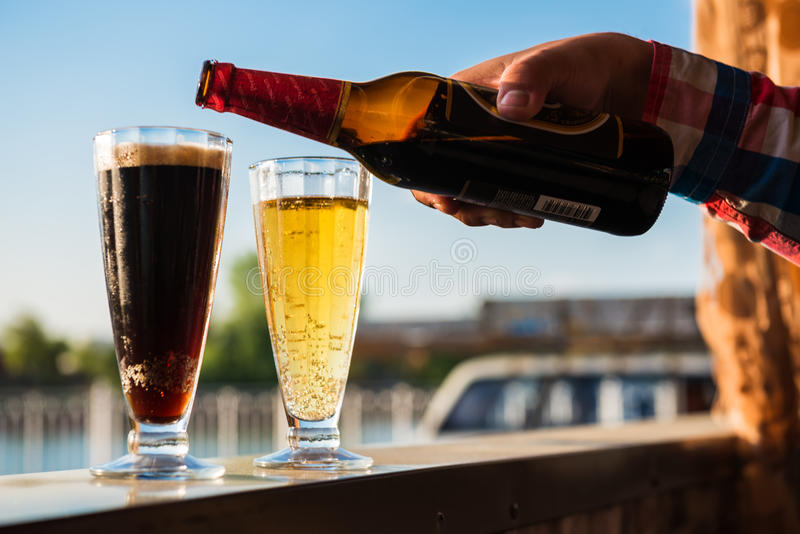 Льет пиво стоковые фото