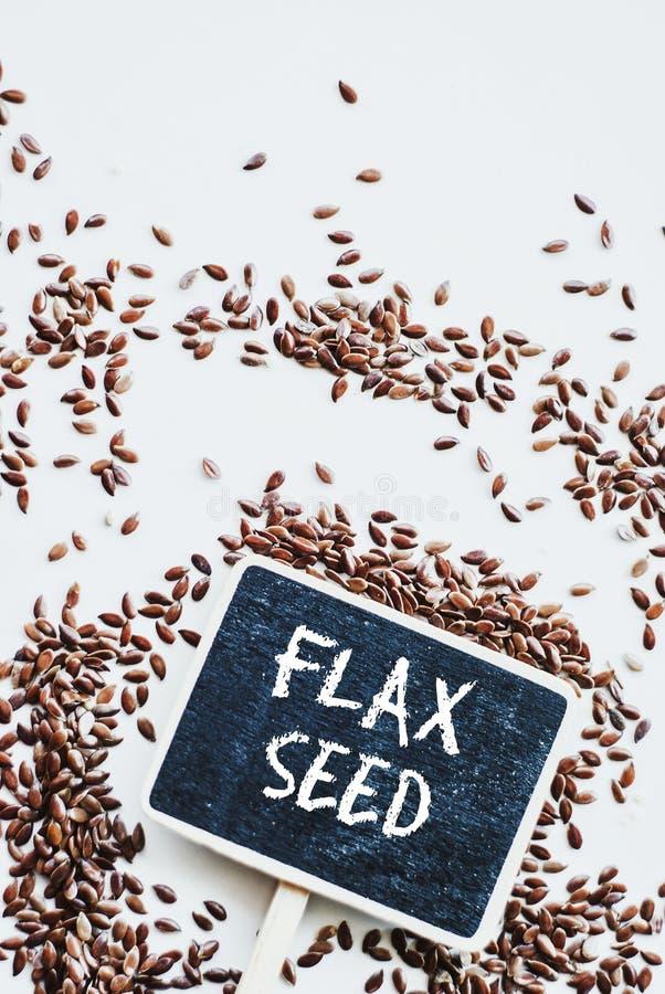 Льняное семя Брайна или льняное семя и доска с семенем льна фразы стоковое фото rf