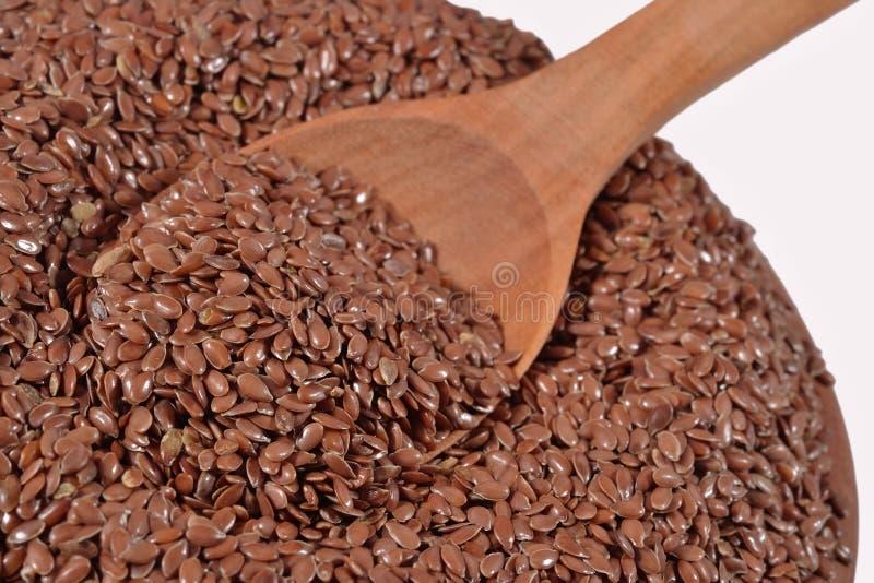 Льняное семя в деревянной ложке стоковые фото