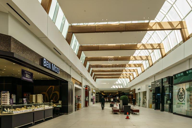 Лэнгли, КАНАДА - 14-ое ноября 2018: внутренний взгляд торгового центра Willowb стоковые изображения rf