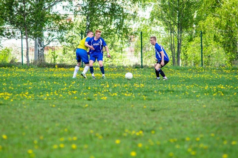 Любительский футбольный матч в регионе Kaluga России стоковые фото