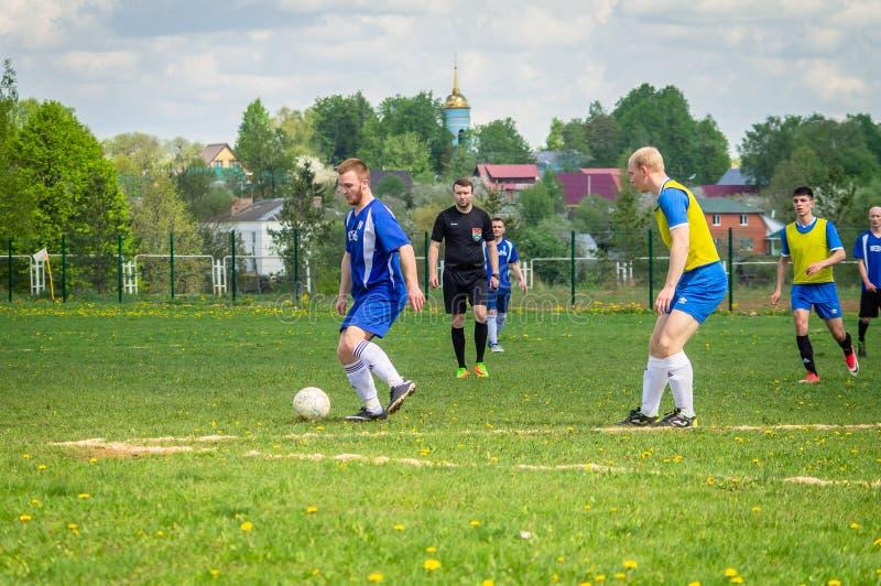 Любительский футбольный матч в регионе Kaluga России стоковое фото rf