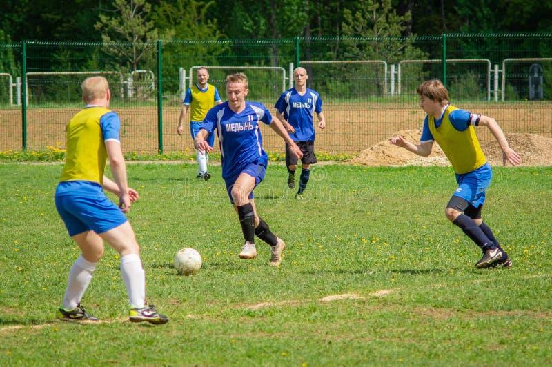 Любительский футбольный матч в регионе Kaluga России стоковая фотография rf