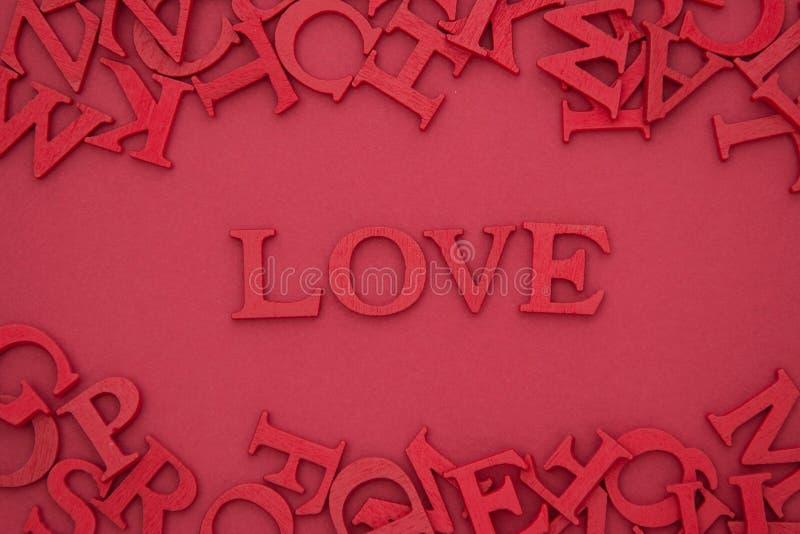 Любить буклет, 3D-красные буквы на красном фоне Creative Valentine's Day mock up Любимая квартира лежит в слове стоковое фото