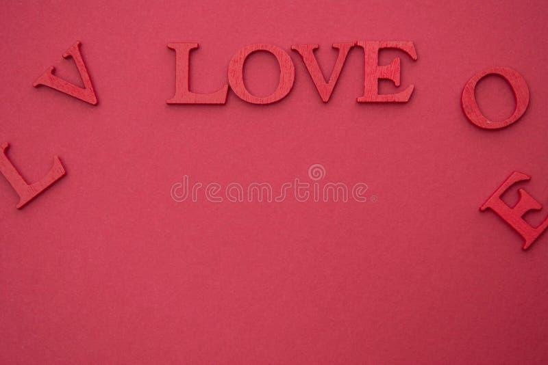 Любить буклет, 3D-красные буквы на красном фоне Creative Valentine's Day mock up Любимая квартира лежит в слове стоковые фотографии rf