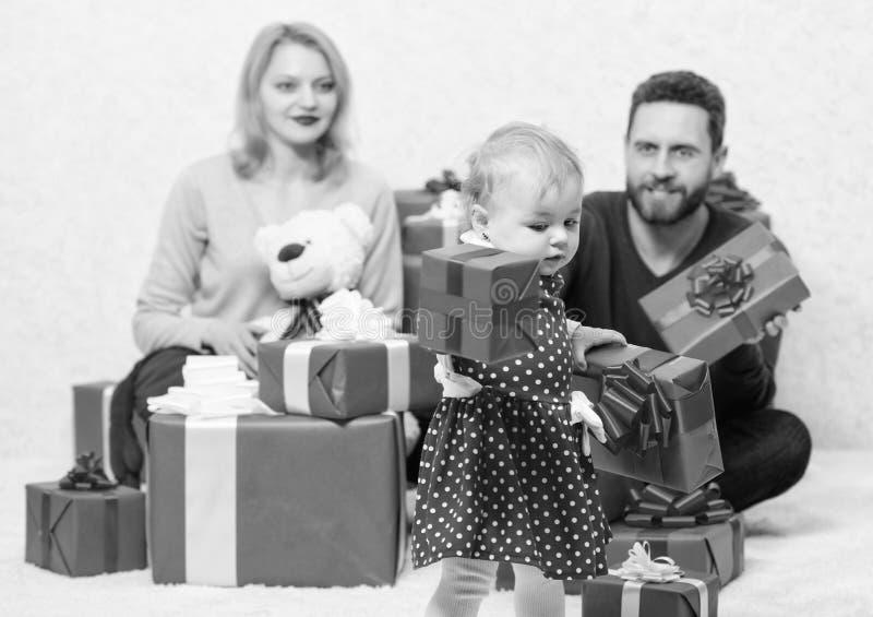 Любить все об ей o Красные коробки Любовь и доверие в семье Бородатые человек и женщина с маленькой девочкой стоковые фото