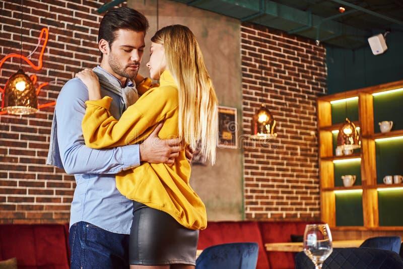 Любить все о ей Красивые молодые пары обнимают в ресторане стоковое изображение rf