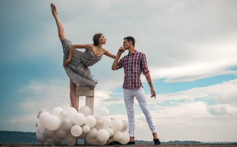 Любить все о ей соедините влюбленность Артисты балета понижаясь в любовь Романтичные отношения между балериной и стоковое изображение rf