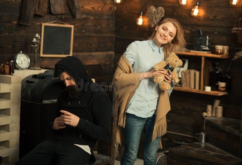 Любить все о ем Пары семьи дома Бородатый человек и милая женщина с плюшевым мишкой Человек валентинок и стоковое фото rf