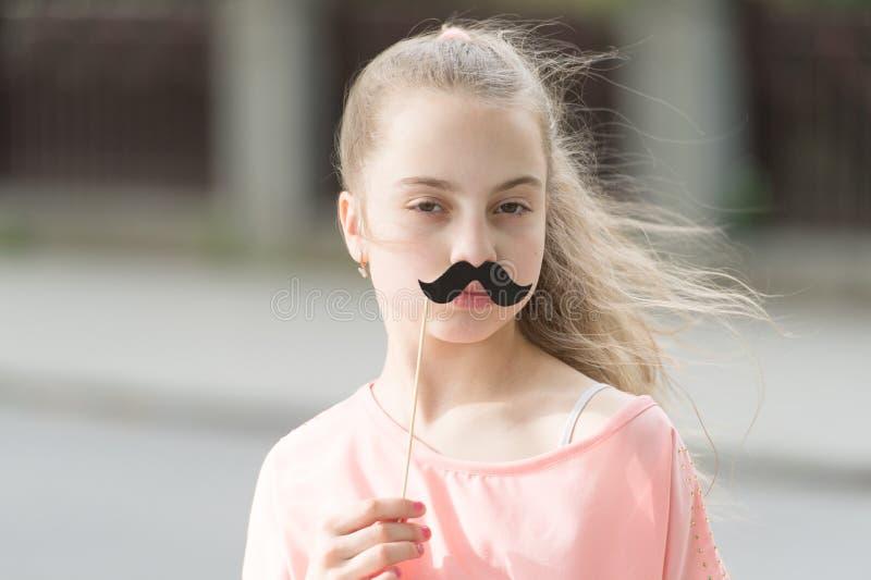 Любить ее усик Маленькая девочка с поддельным усиком Милые упорки усика удерживания ребенка на ручке Иметь потеху с стоковое фото