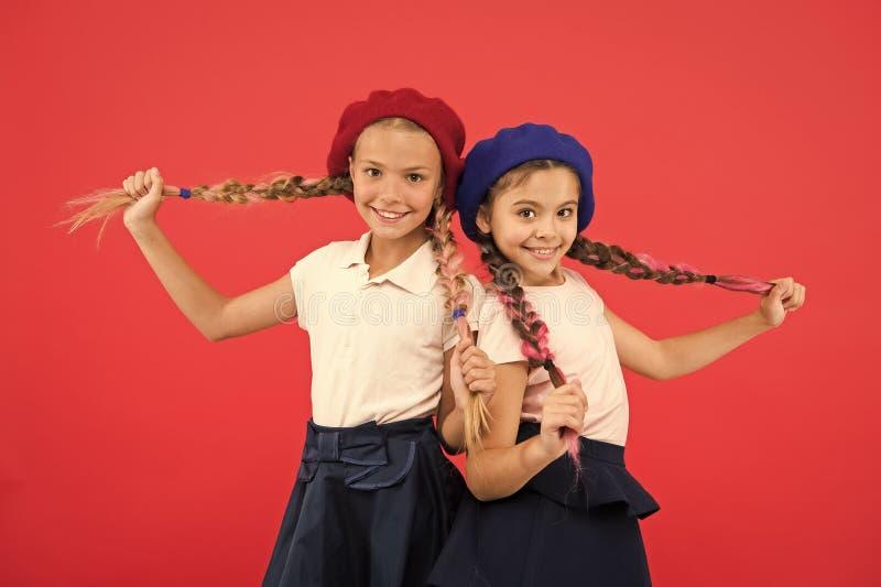 Любить их новый стиль Небольшие дети с длинными косичками волос Французские девушки стиля Милые девушки имея такой же стиль приче стоковое изображение