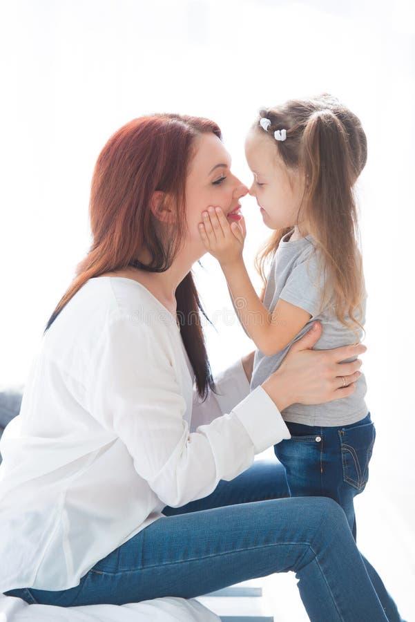 любить семьи счастливый Будьте матерью и ее девушка ребенка дочери играя и обнимая стоковое фото
