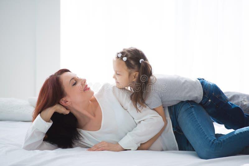любить семьи счастливый Будьте матерью и ее девушка ребенка дочери играя и обнимая стоковая фотография rf