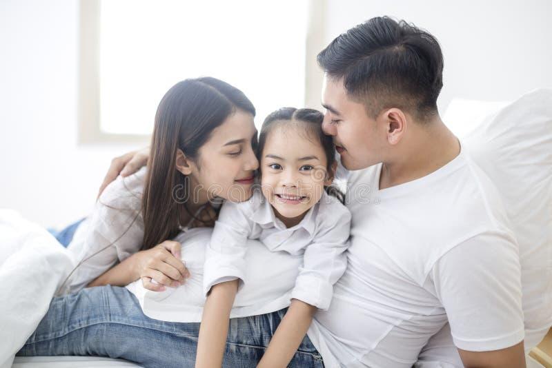 любить семьи счастливый играть девушки матери и ребенка стоковое фото