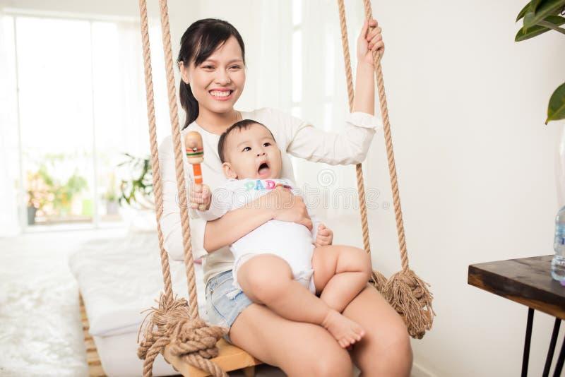 любить семьи счастливый мать играя с живущей комнатой стоковые фото