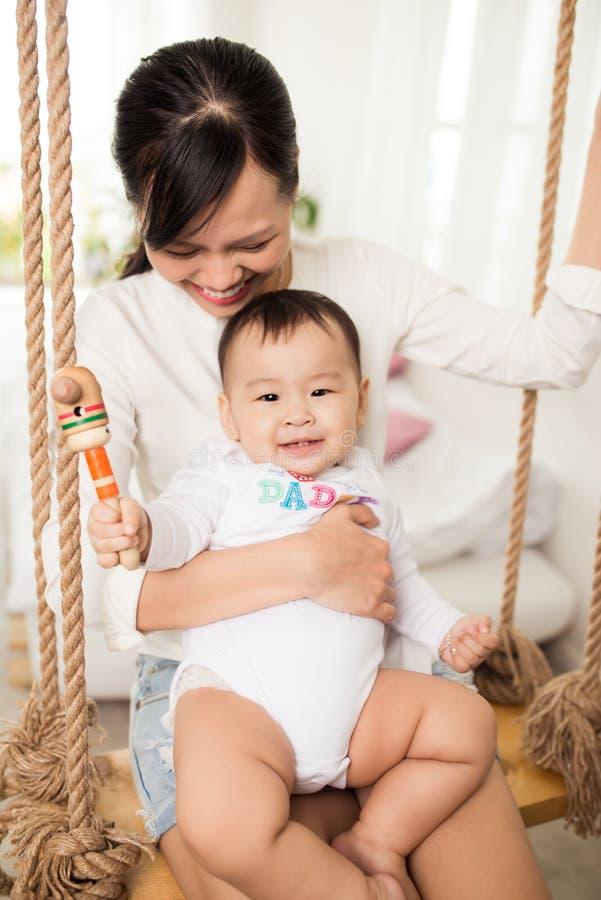 любить семьи счастливый мать играя с живущей комнатой стоковая фотография