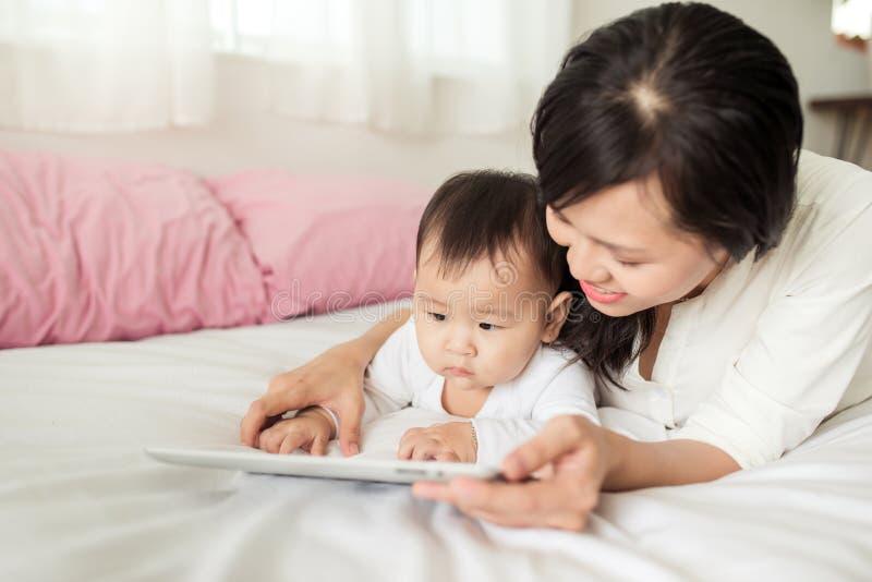 любить семьи счастливый мать играя с живущей комнатой стоковые изображения rf
