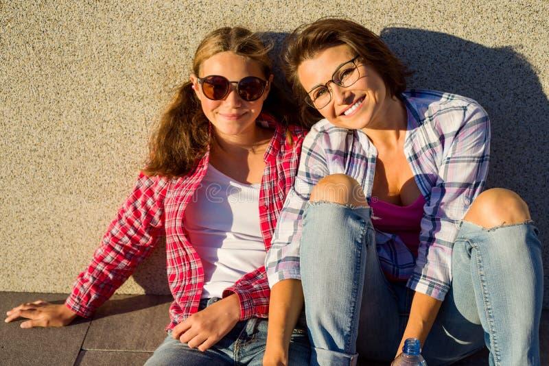 любить семьи счастливый Молодой подросток матери и дочери, обнимая стоковые изображения rf