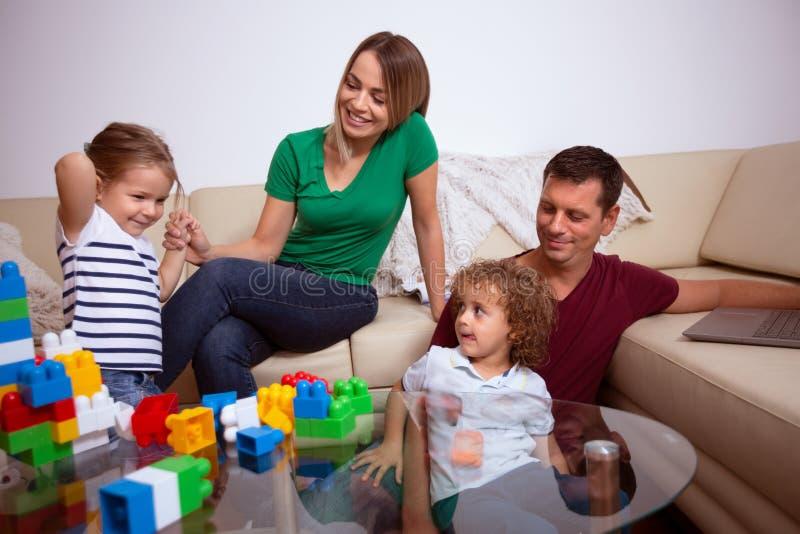 любить семьи счастливый E стоковые фото
