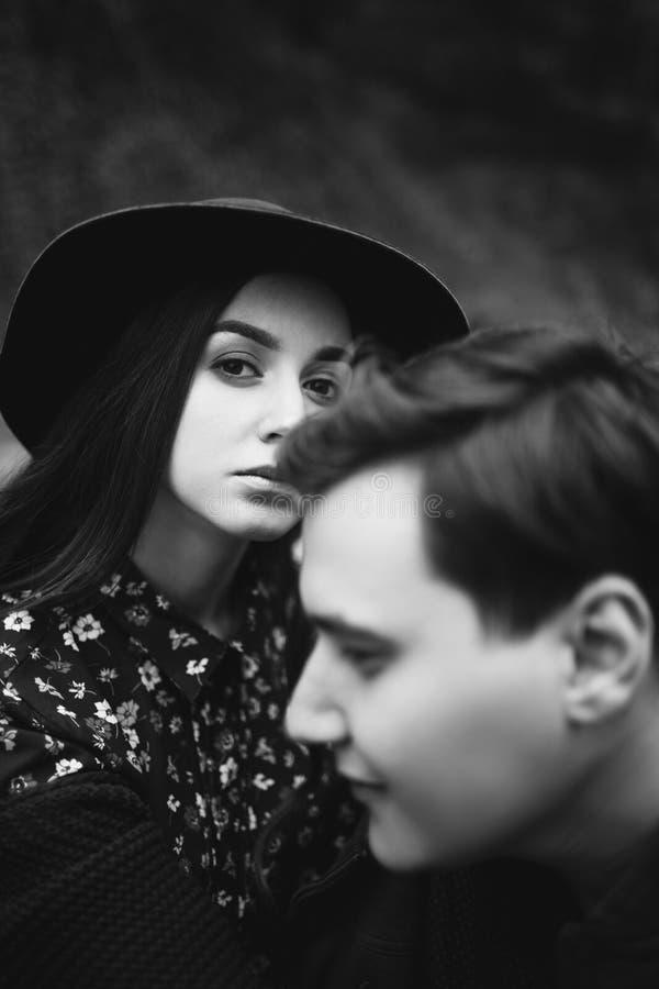 Любить, стильная, молодая пара в любов стоковые фото