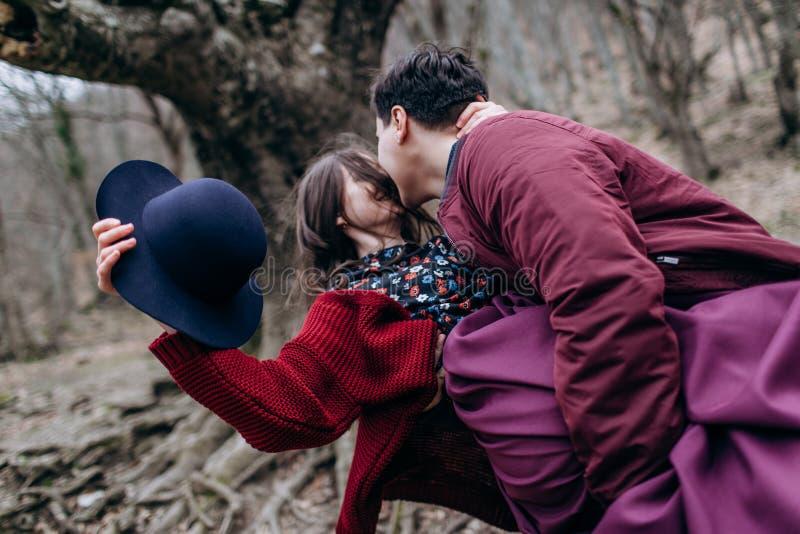 Любить, стильная, молодая пара в любов стоковое фото