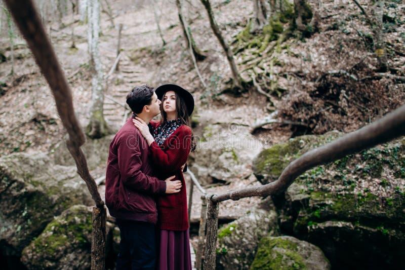 Любить, стильная, молодая пара в любов на предпосылке водопада стоковые изображения rf