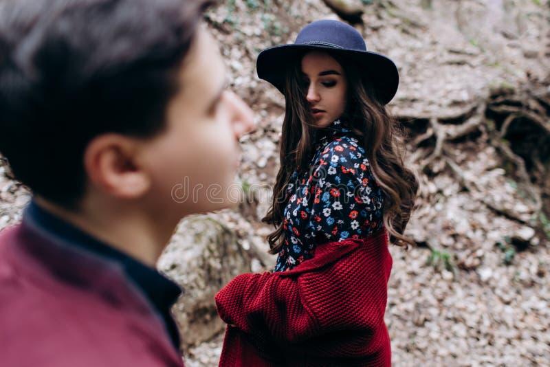 Любить, стильная, молодая пара в любов на предпосылке водопада стоковое фото
