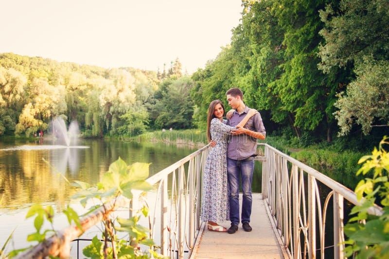 Любовники молодой человек и женщина стоковые фотографии rf