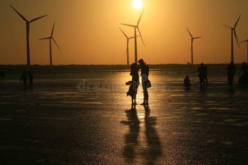 Любовники наслаждаются их временем на заходе солнца стоковая фотография rf
