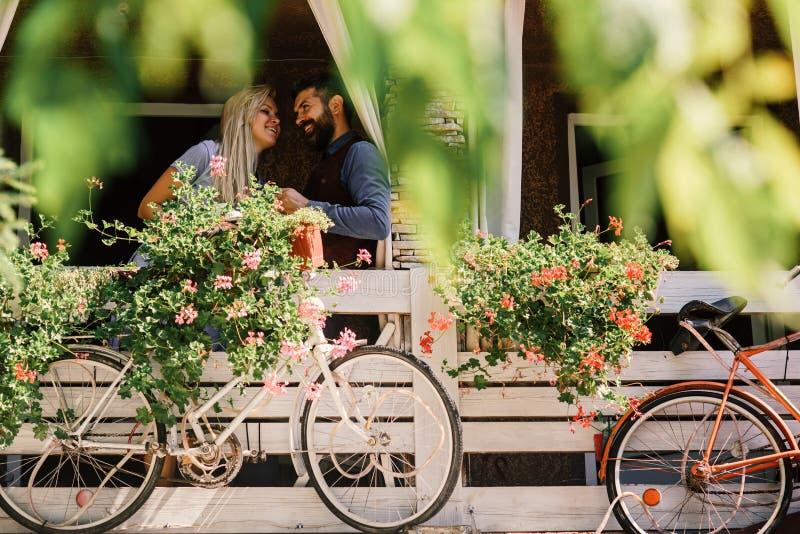 Любовники находят место на секретные даты Белокурая женщина и бородатый человек счастливые для того чтобы увидеть один другого стоковое изображение