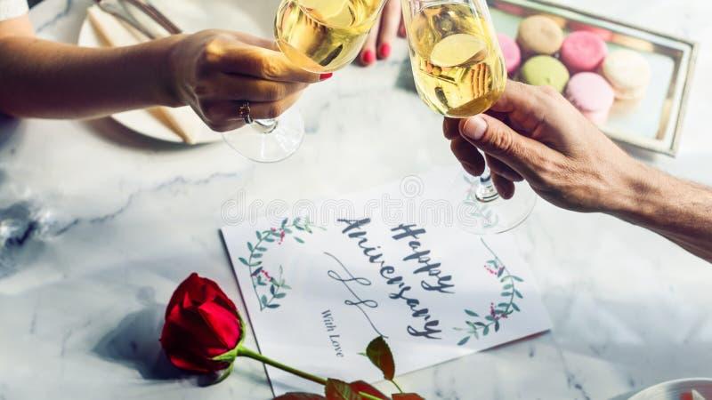 Любовники пар датируя романтичную концепцию торжества годовщины стоковые фотографии rf