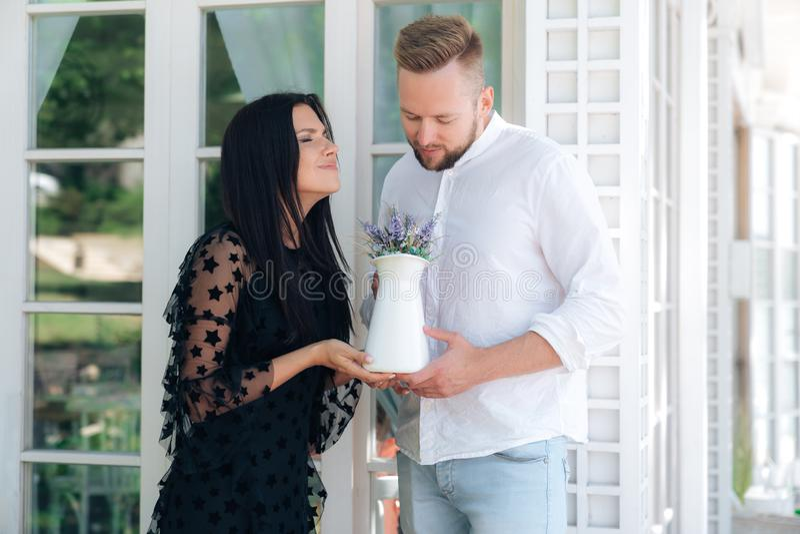 Любовники принимают сильную ароматность свежих цветков, девушка наслаждаются ароматностью букета Человек сделал славный настоящий стоковые изображения rf