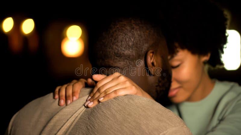 Любовники соединяют нюхающ, интимный город ночи даты, сексуальное желание, сокращая девушку стоковое изображение