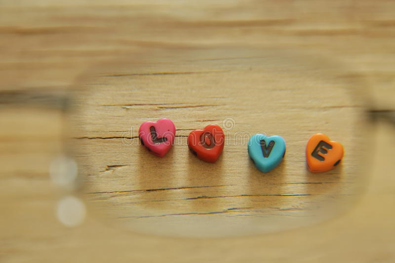 Любовное письмо при форма сердца смотря проходящ eyeglass стоковая фотография rf