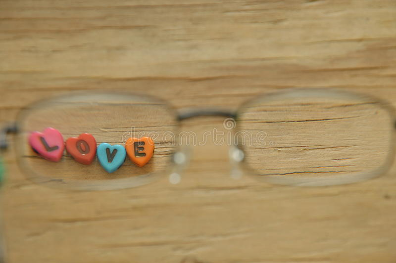 Любовное письмо при форма сердца смотря через eyeglass стоковые фотографии rf