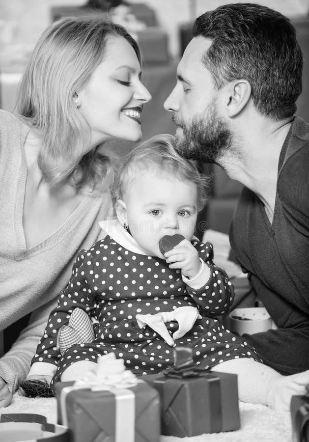 Любовь и доверие в семье Бородатые человек и женщина с маленькой девочкой o День для того чтобы отпраздновать их любовь : стоковое изображение