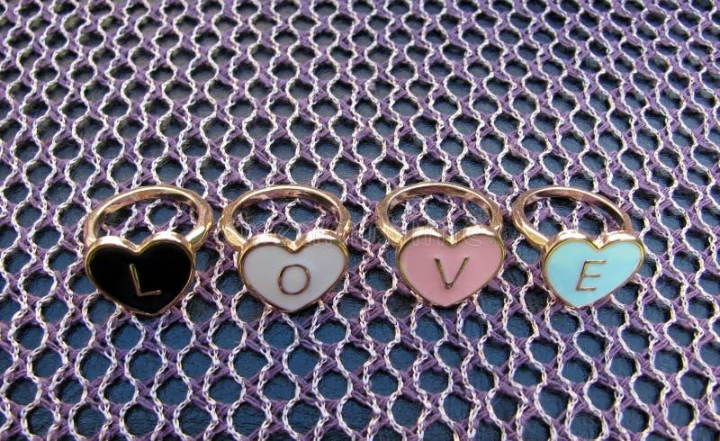 Любовь слова сделала Харта сформировала кольца стоковое изображение