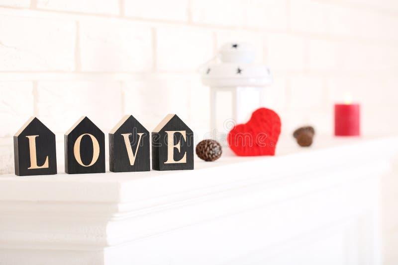 Любовь слова с конусом и сердцем стоковые изображения