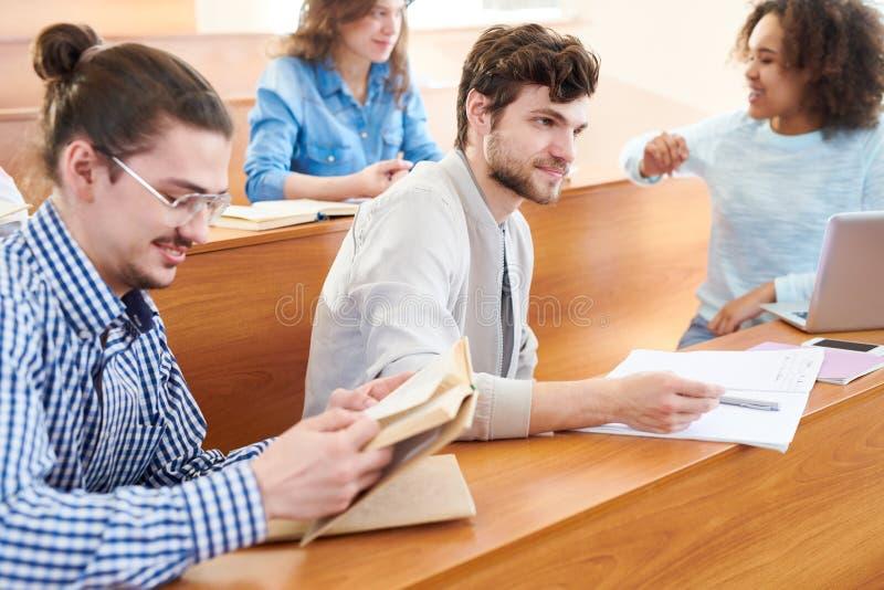 Любознательные студенты на классе стоковые фото