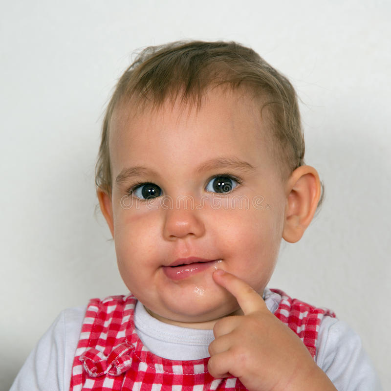 Любознательный младенец смотря в камеру стоковая фотография rf