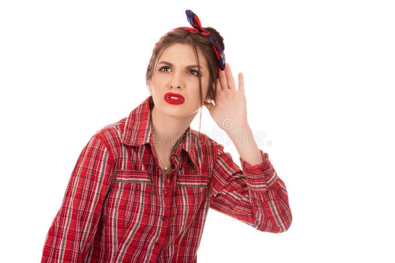 Любопытная рука женщины к жесту уха, пробуя осторожно стоковые фотографии rf