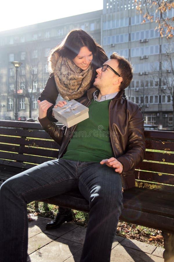 Любящая девушка имеет подарок дня валентинки для парня стоковая фотография rf