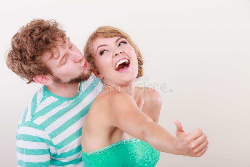 Любящая девушка пар держит большой палец руки вверх показывать стоковые изображения rf