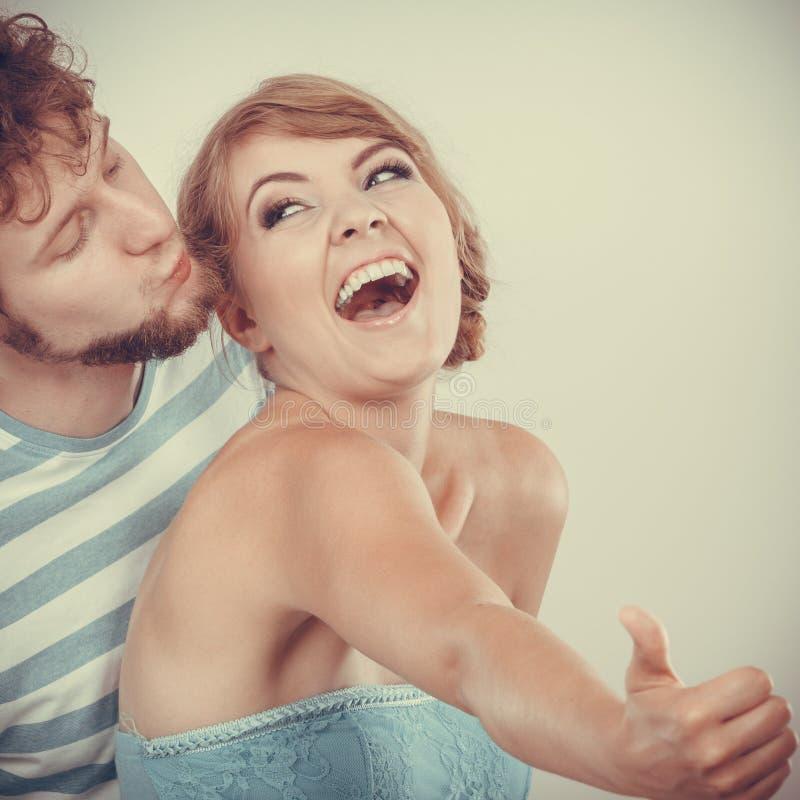 Любящая девушка пар держит большой палец руки вверх показывать стоковое фото rf