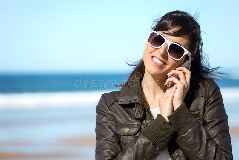 Любящая женщина говоря на мобильном телефоне стоковое фото rf