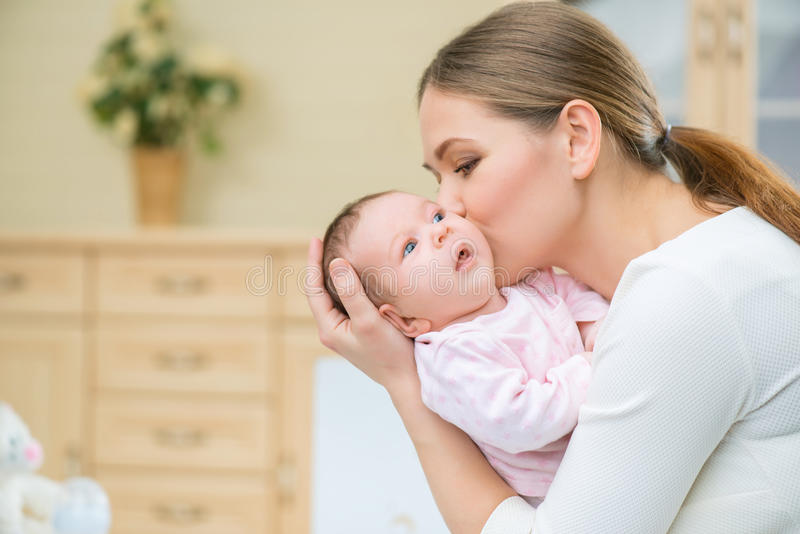 Любящая кормящая мать держа младенца стоковые изображения rf