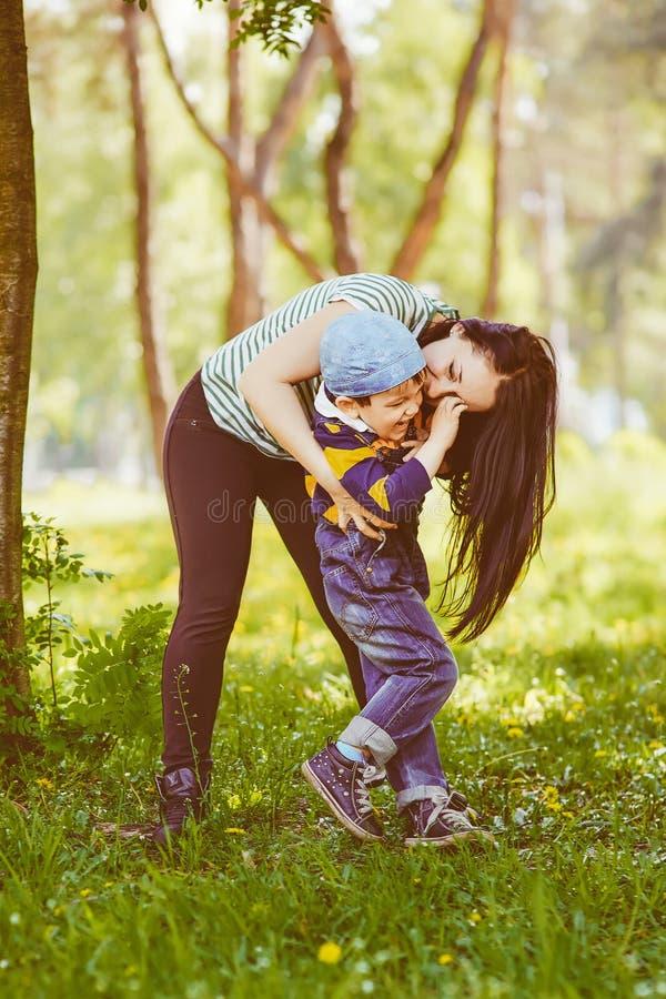 Любящая мать целуя ее сына стоковые фото