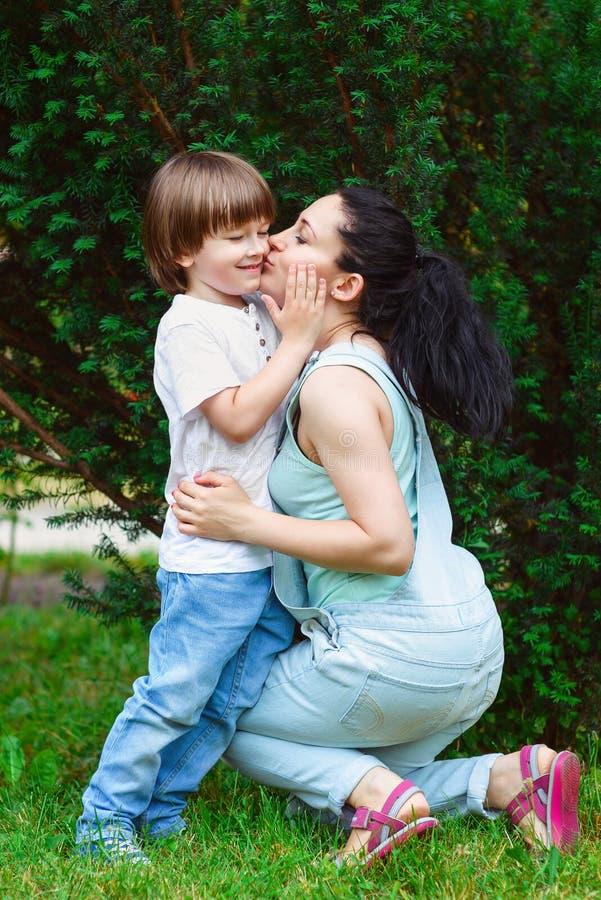 Любящая мать целуя ее сына стоковое фото