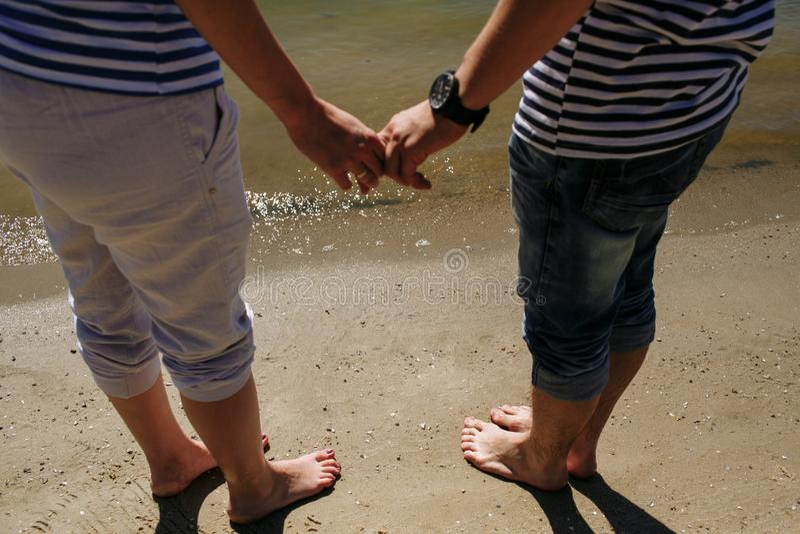 Любящая пара в жилетах стоковое изображение