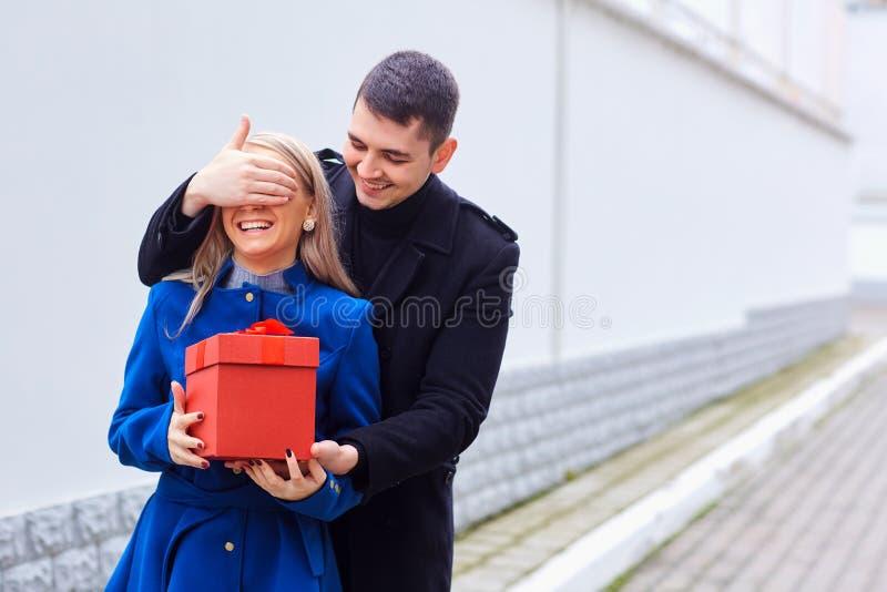 Любящая пара дает подарок в коробке стоковые фотографии rf